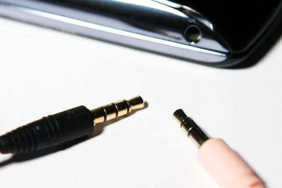 3,5mm Klinkenanschluss 4-Pol und 3-Pol vor Smartphone mit Headsetanschluss